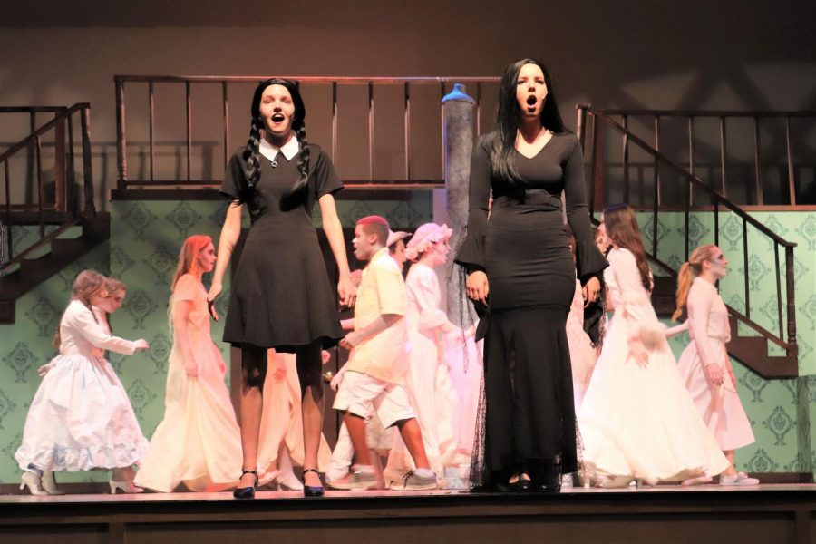 Wednesday+and+Morticia%2C+played+by+senior+Emma+Matzinger+and+junior+Catie+Jackson%2C+sing+during+a+dress+rehearsal.+Jackson+played+Morticia+on+March+30.