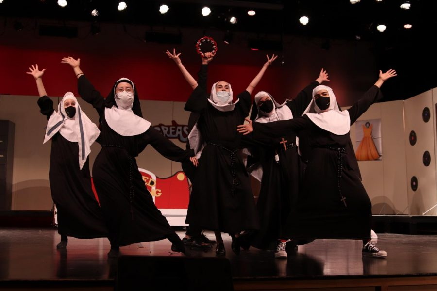 During the final musical number, the entire six-person cast dances to