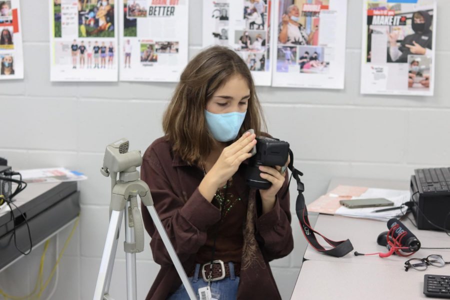 Sophomore Sophia Canabal constructs a tripod for her next video review for hagertyjourn.com.
